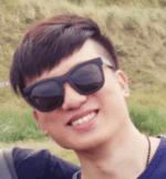 Mann mit Sonnenbrille lächelt.