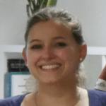 Junge Frau lächelt im HLS Education Center.