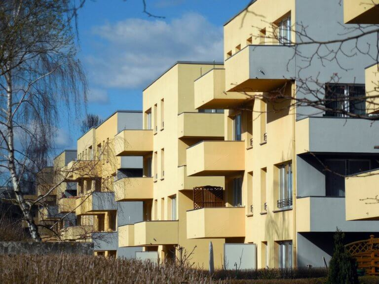 Appartments in Häusern mit Balkonen.