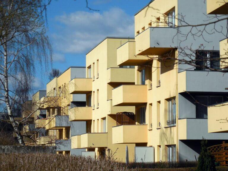 Appartments in Häusern mit Balkonen.
