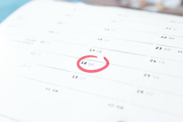 Terminkalender mit eingezeichnetem Tag zur Anzeige von Termingerechtigkeit.